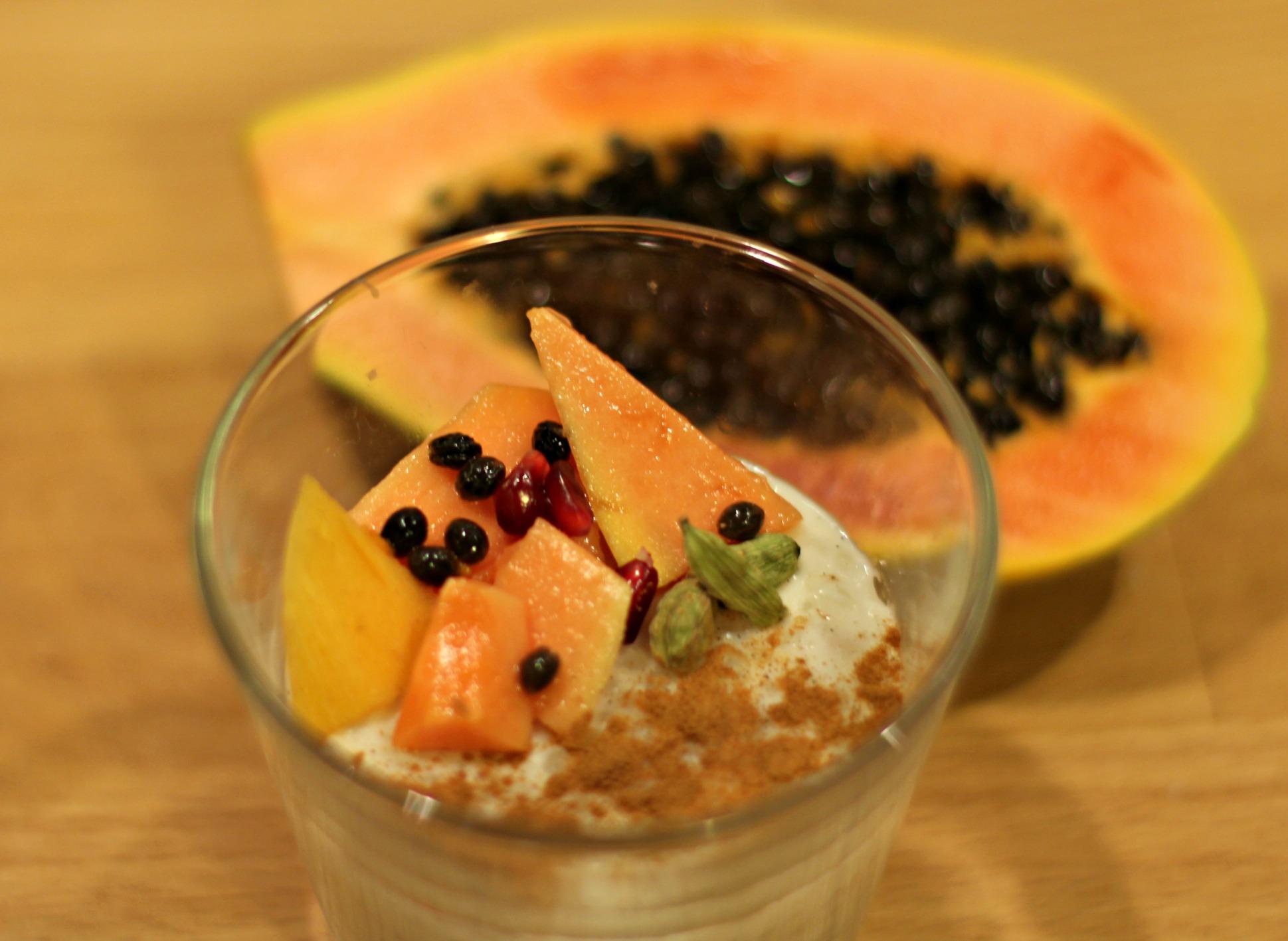 Kokosmilchpudding mit Tapiokaperlen und Papaya