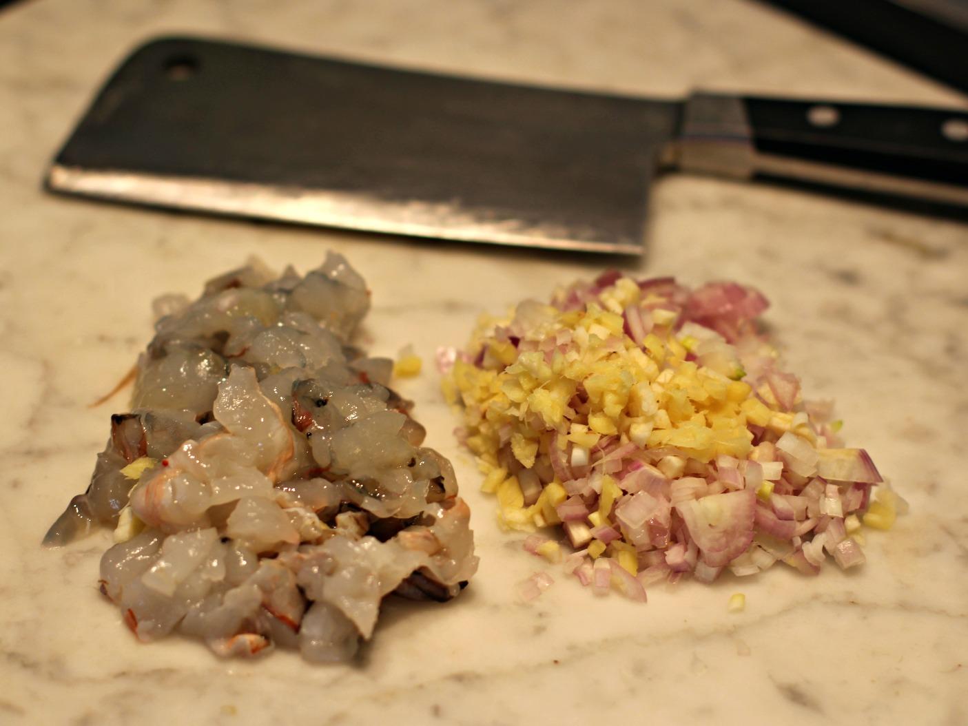 Gehackte Garnelen und Schalotten, Ingwer, Knoblauch für Krabbenomelette - Shrimp Egg Foo Yong