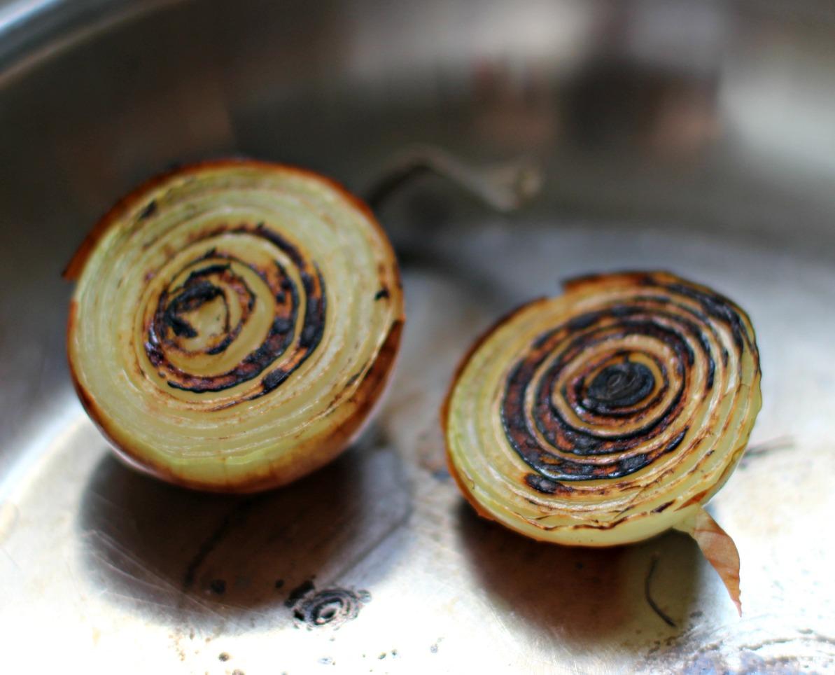 Die Zwiebeln in einer Pfanne anrösten.
