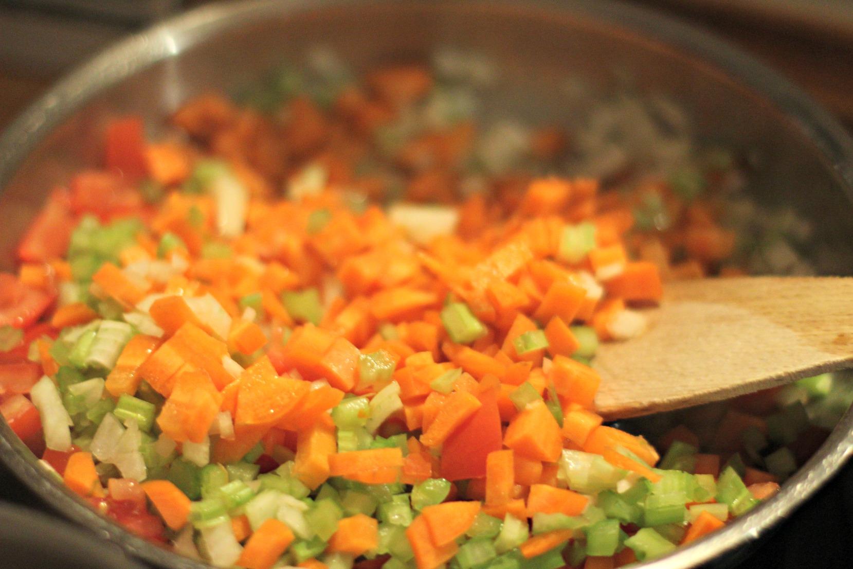 Das kleingeschnittene Gemüse für die Suppe anschwitzen.