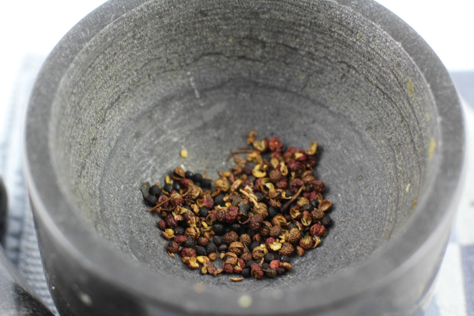 Der Szechuanpfeffer im Mörser für die Rouladen.