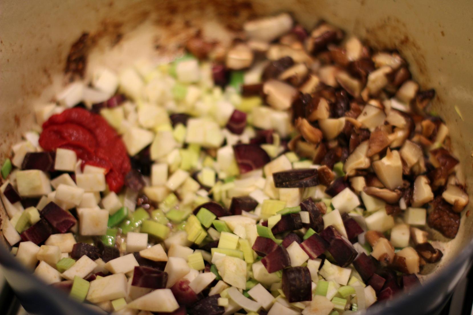 Gemüse für die Rouladen mit Tomatenmark anschwitzen.