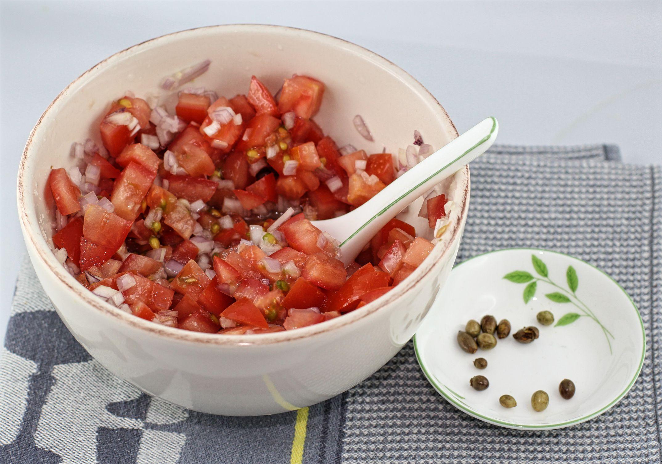 Die Schalotte, Tomaten, Limettensaft und Chilis für Pico de Gallo.