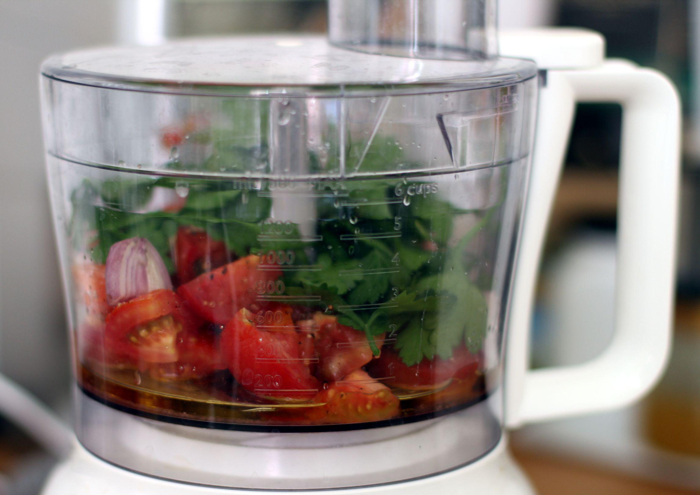 Die Zutaten für die rohe Tomatensoße vor dem mixen.
