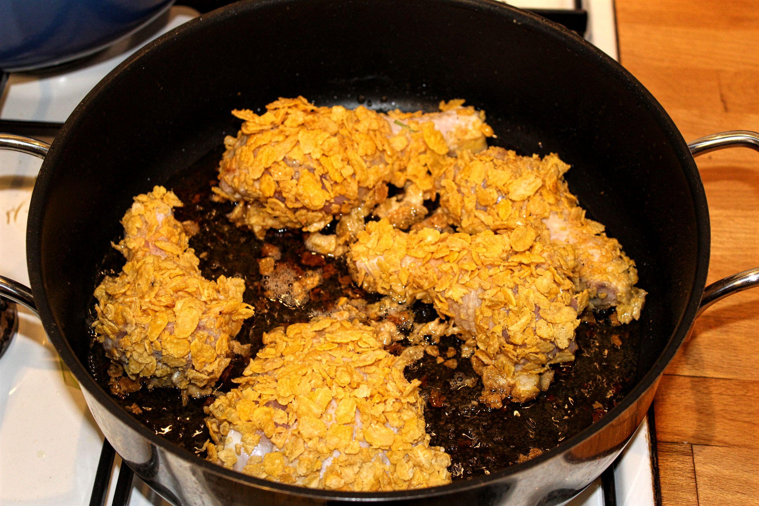 So brätst du das Fried Chicken an, bevor du es im Ofen zu Ende garst.