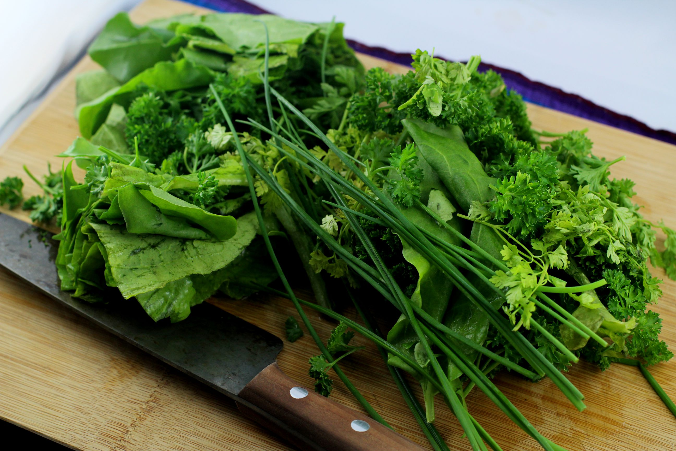 Das sind die sieben Kräuter für Grüne Soße, die gleich gehackt in die Nocken kommen.
