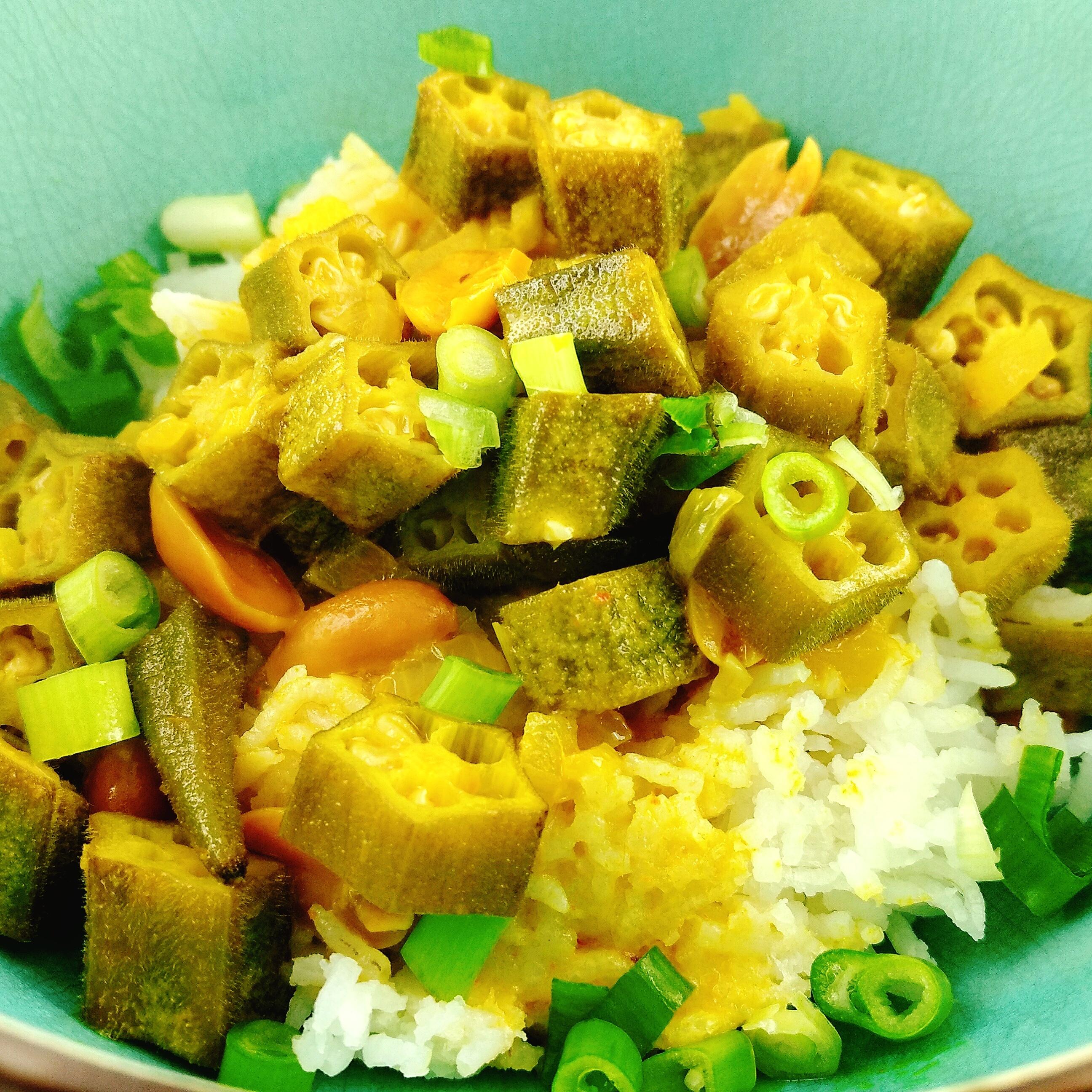 Gelbes Okra Curry mit Erdnüssen