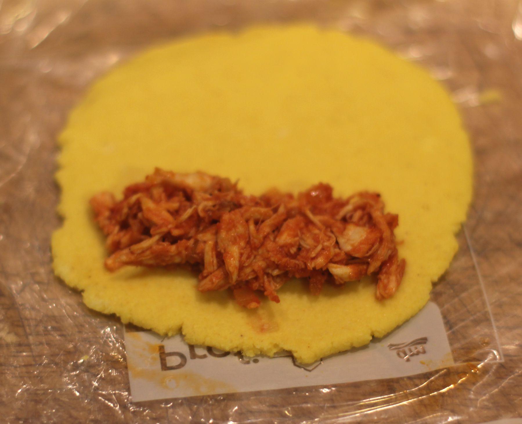 Step 4: Die Pulled Chicken Füllung auf eine Hälfte des Teiges geben.