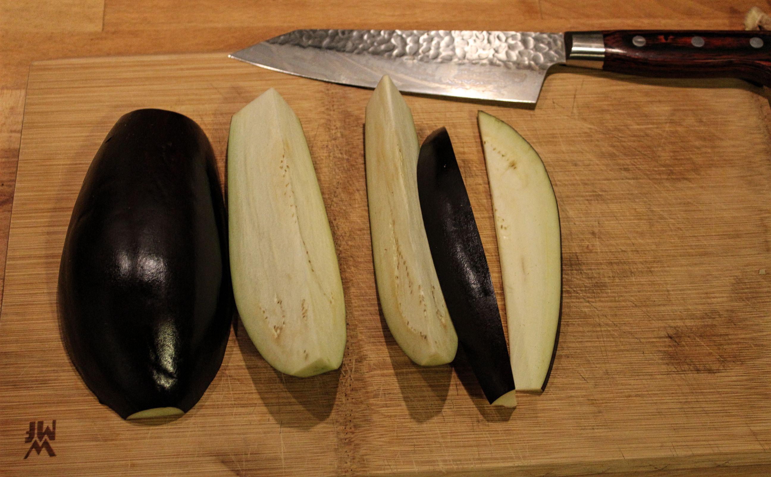 In solche Stücke wird die Aubergine im ersten Schritt geschnitten.