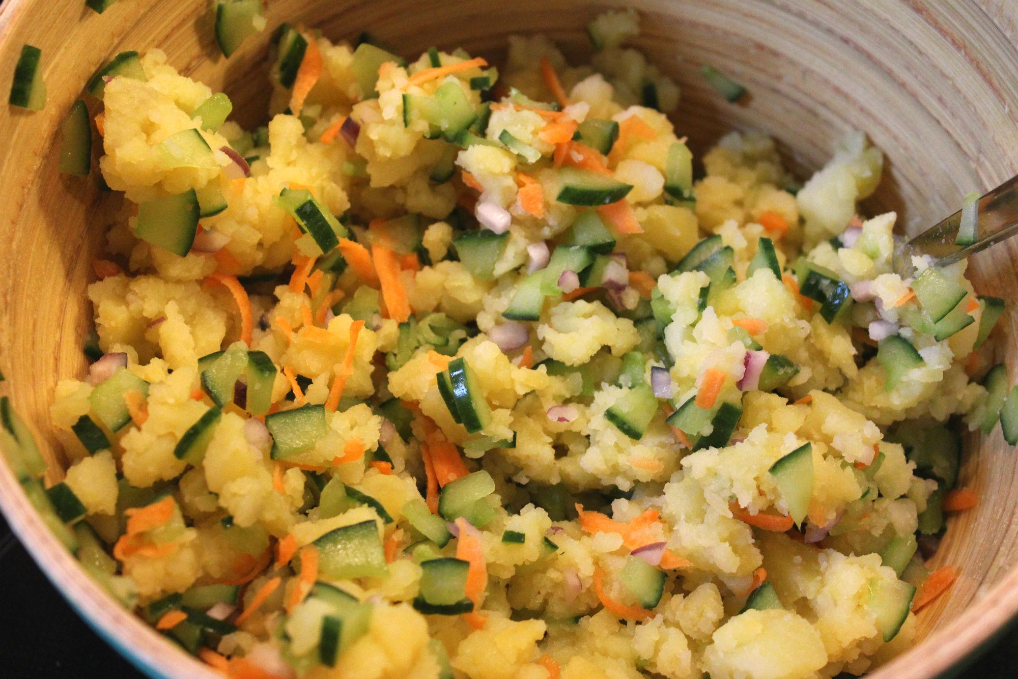 """Die """"nackten"""" Zutaten für den japanischen Kartoffelsalat."""
